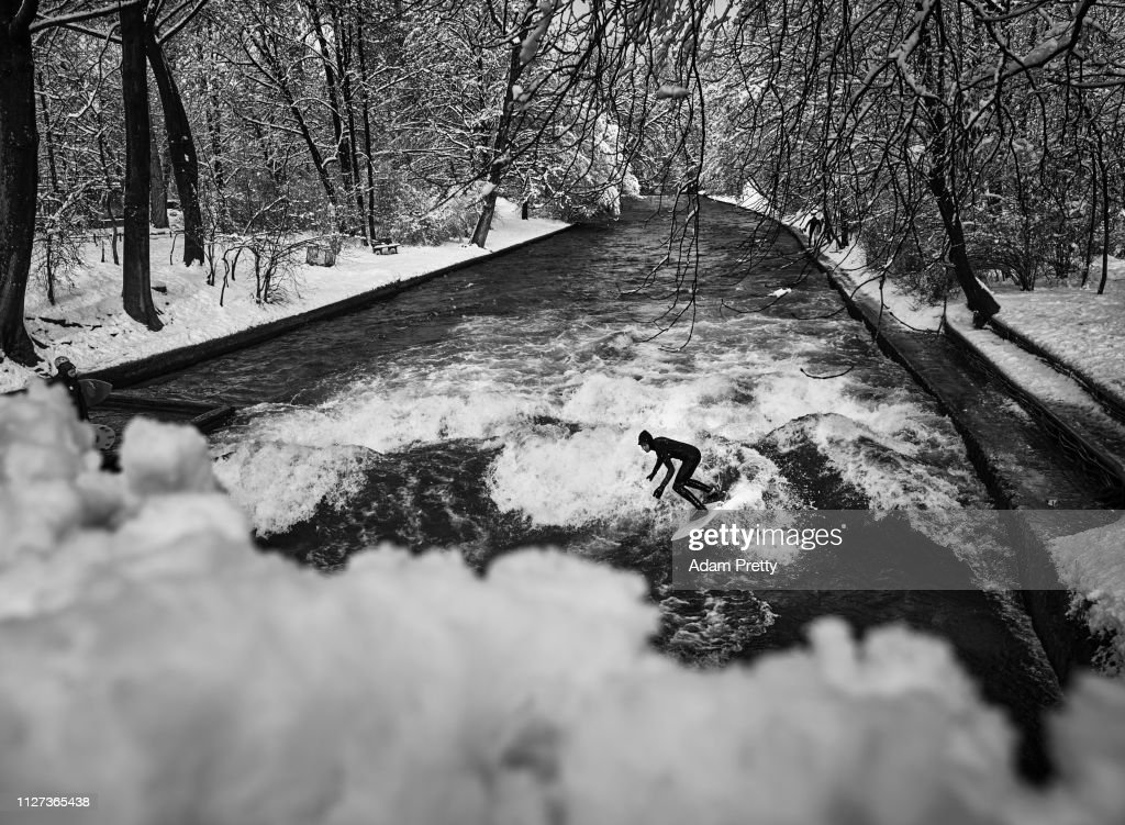 Eisbach River Surfing : Foto jornalística