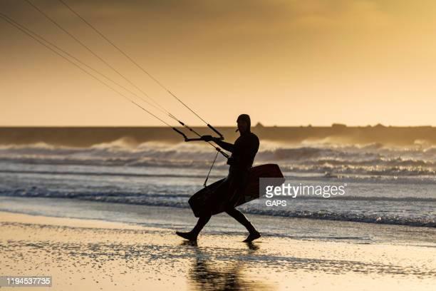 surfer walking op het openbare strand van scheveningen - den haag stockfoto's en -beelden