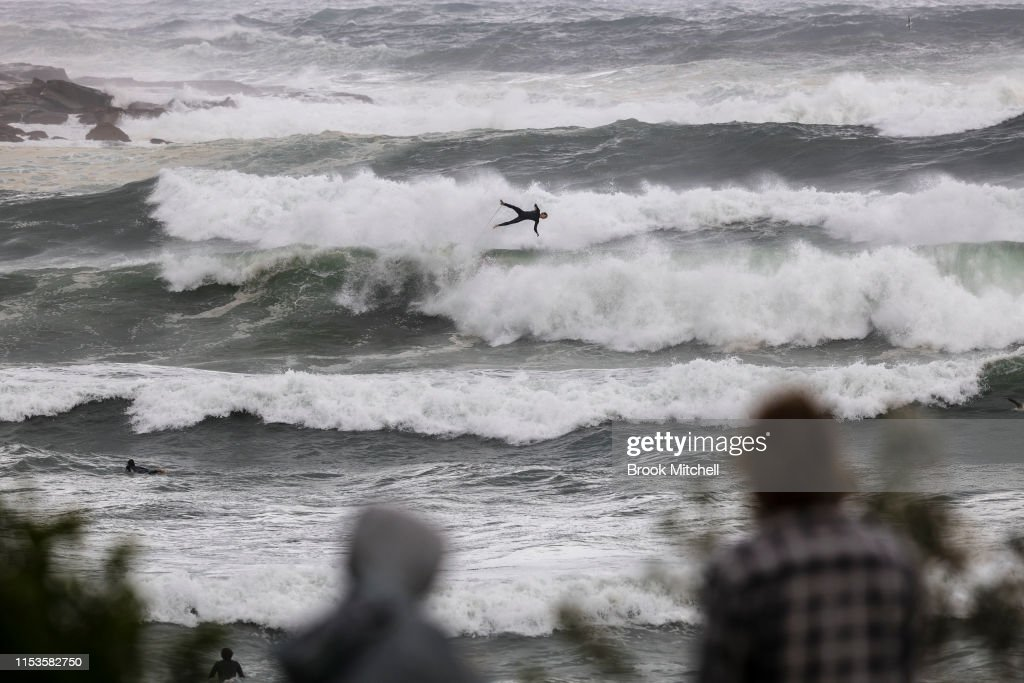 Large Swells Hit Sydney Beaches As Severe Weather Warning Is Issued For NSW Coast : Nieuwsfoto's