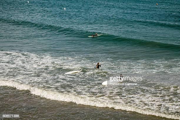 surfers and windsurfers - lazio fotografías e imágenes de stock