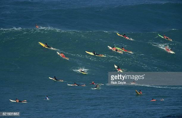 surfers at waimea bay - waimea bay - fotografias e filmes do acervo