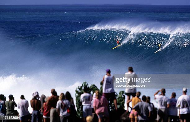 surfers on north shore of waimea bay, hawaii oahu, usa - waimea bay hawaii stock photos and pictures