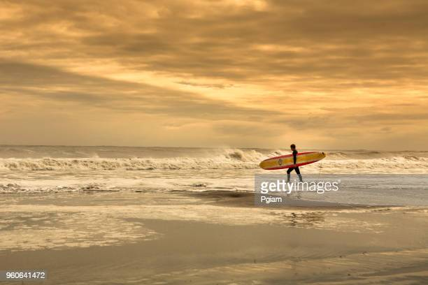 surfers on the beach in the atlantic ocean shore - ocean city new jersey stock pictures, royalty-free photos & images