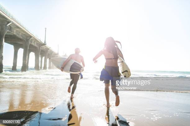 Surfer, Laufen am Strand Eingabe auf das Wasser