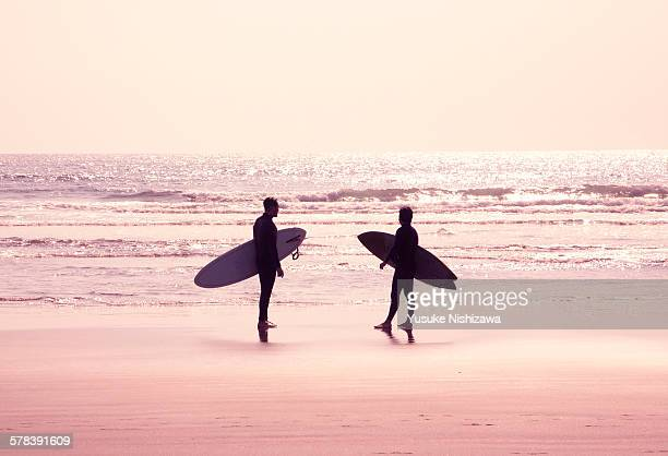 surfers staring at the sea - yusuke nishizawa stock pictures, royalty-free photos & images