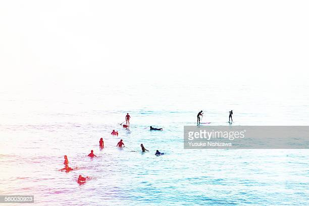 surfers waiting for waves - yusuke nishizawa stock pictures, royalty-free photos & images