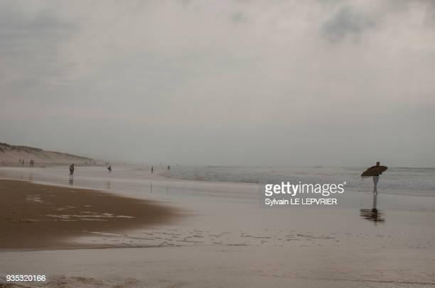 surfeur sur la plage. - biscarrosse photos et images de collection