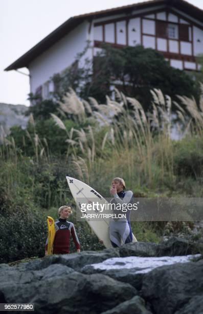 surfeurs Guetary Pays Basque departement PyreneesAtlantique region Aquitaine France surfers Guetary Pays Basque PyreneesAtlantique Aquitaine France