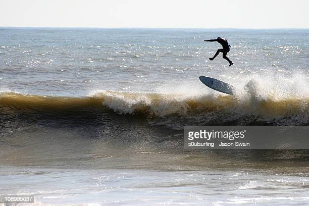 surfing at freshwater bay, isle of wight. gravity - s0ulsurfing stock pictures, royalty-free photos & images