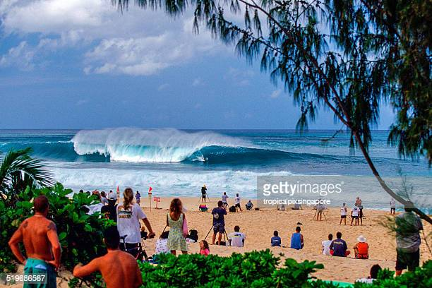surfing at pipeline - waimea bay stock pictures, royalty-free photos & images