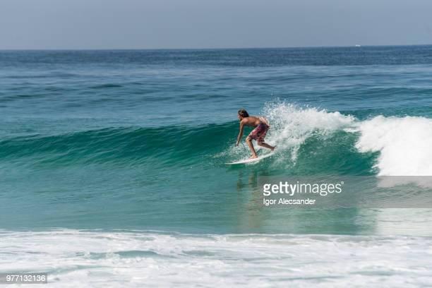 recreio dos バンデイランテス ビーチ、リオ ・ デ ・ ジャネイロでサーフィン - バーラ地区 ストックフォトと画像
