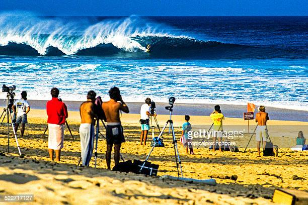 surfing at the banzai pipeline - banzai pipeline stock photos and pictures
