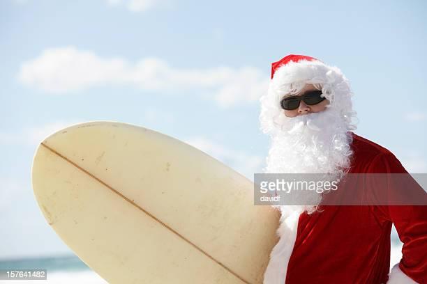 サーフィンをするサンタ