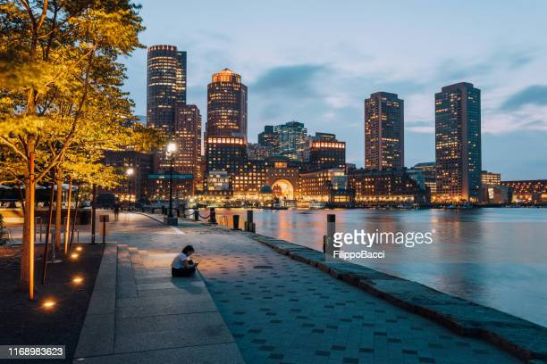 surfen op het net op smart phone in boston - boston massachusetts stockfoto's en -beelden