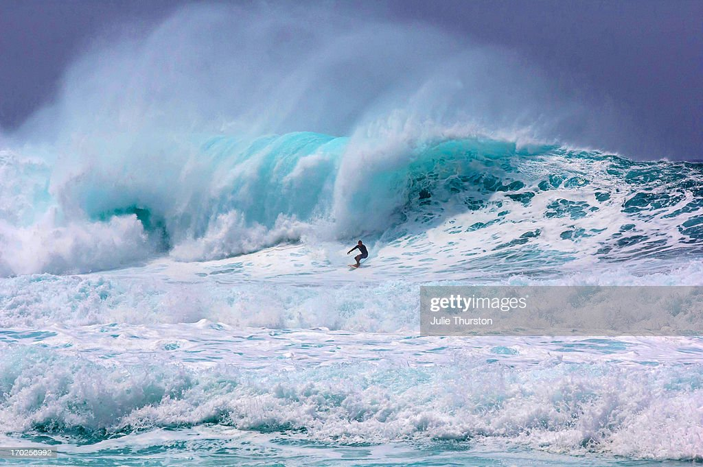 Surfing the Pipeline Hawaii - they were huge waves : Stock Photo