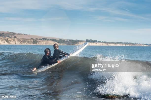 surf juntos - santa barbara california fotografías e imágenes de stock