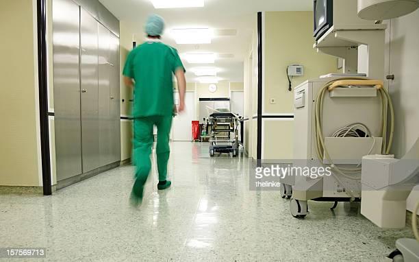 外科医 hurrying アロング病院階
