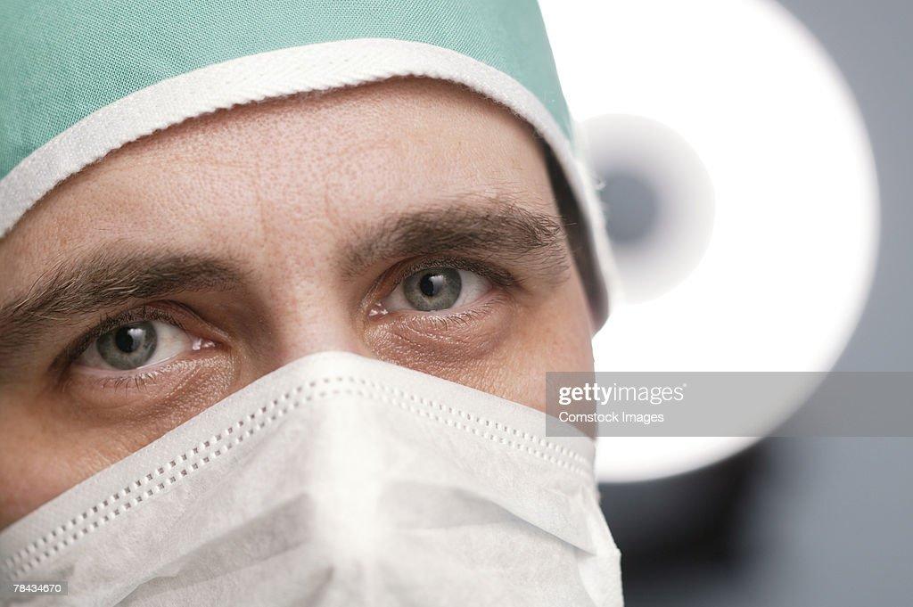 Surgeon wearing mask : Stockfoto