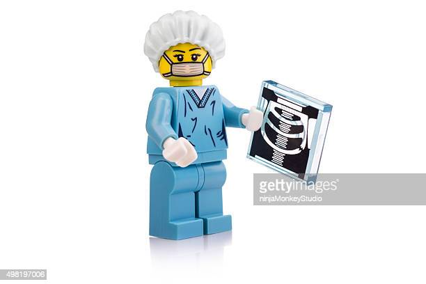 cirurgião com xray mini-figuras lego - lego imagens e fotografias de stock