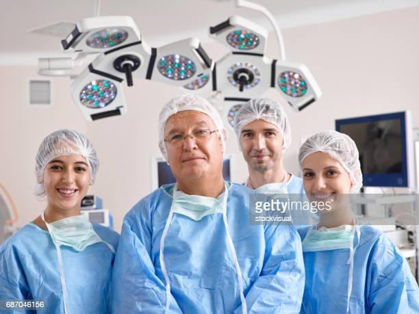 Porträt von Chirurgen im OP-Saal