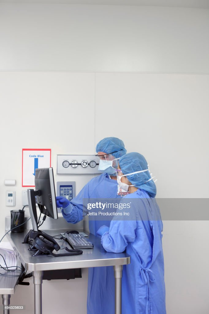 Surgeons working in operating room : Stock Photo