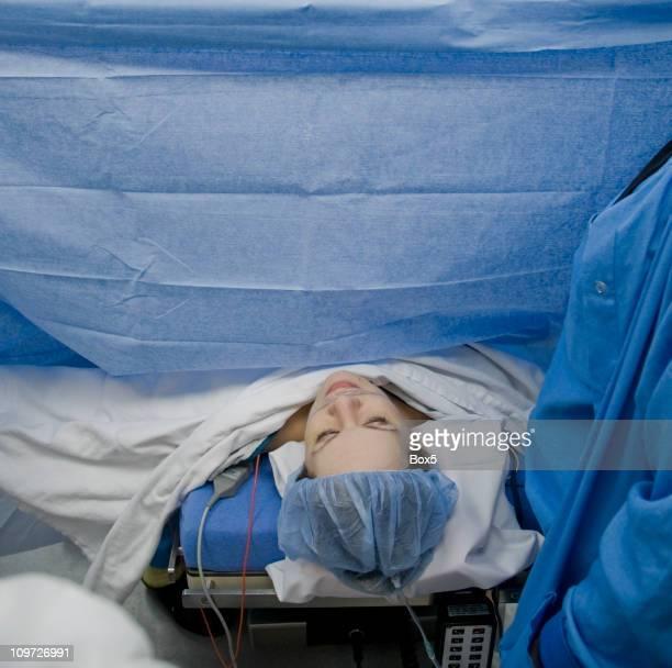 la cirugía - cesarea fotografías e imágenes de stock