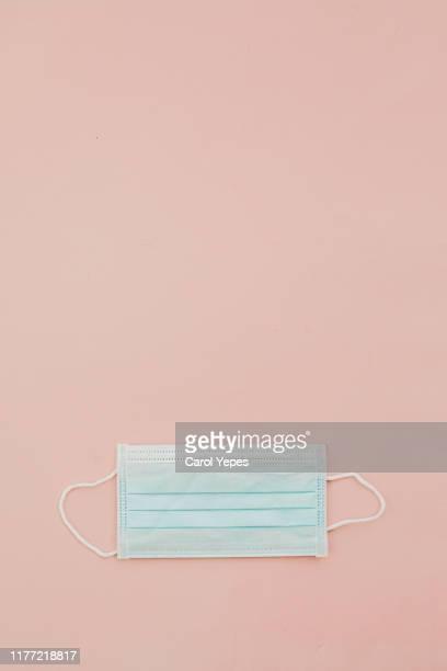 surgical mask in pink.copyspace - mondmasker stockfoto's en -beelden