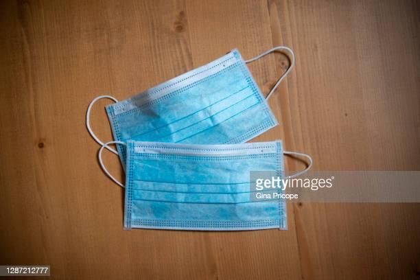 surgical masks - due oggetti foto e immagini stock