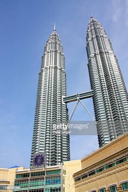 suria shopping centre on ground level with petronas towers in background. - kuala lumpur photos et images de collection