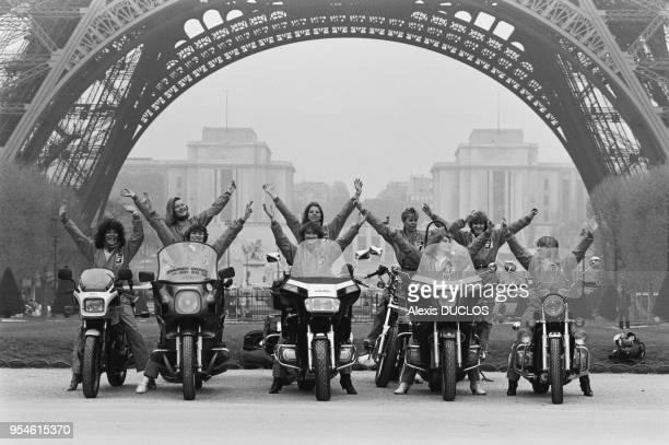 Surnommées les 'motesses', 80 femmes sillonnent les rues de la capitale pour des courses en tous genres sur leur moto en avril 1985 à Paris, France.