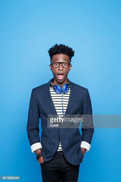 Überrascht afro amerikanische Mann in modischen outfit