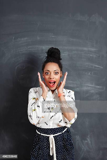 Überrascht afro amerikanische Frau gegen Tafel