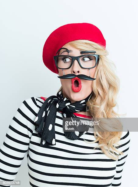 Surpresa mulher loura Fr vestindo boné vermelho e máscara facial