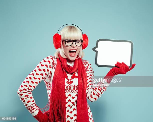 surpreenda loira jovem em roupas de inverno com discurso de bolha - lã - fotografias e filmes do acervo