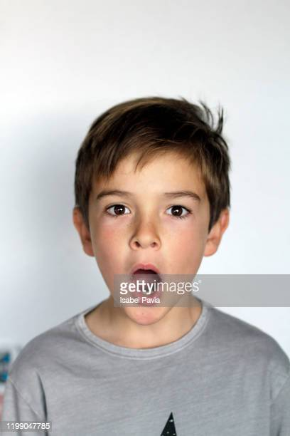 surprised boy with open mouth - alleen jongens stockfoto's en -beelden