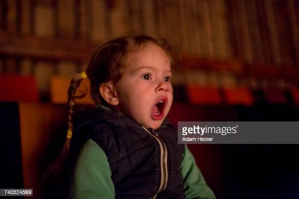 surprised caucasian girl watching movie in theater - wonder película de 2017 fotografías e imágenes de stock