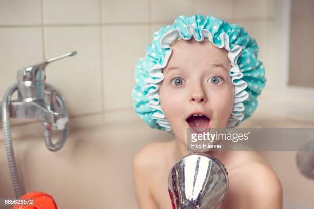 surprised girl caught singing in the bath - fille sous la douche photos et images de collection
