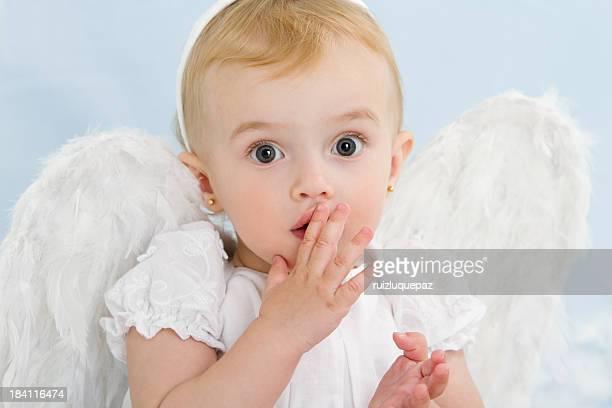 Überrascht kleine Engel