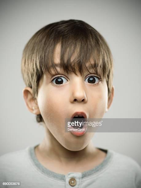 Überrascht kleiner Junge mit offenem Mund