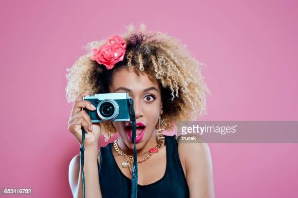 Surpris de la femme afro photographier