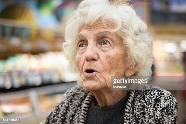 Senior Frau überrascht