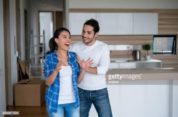Surpris femme entrant dans sa nouvelle maison