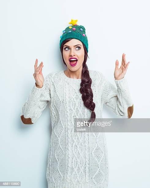 Surpris femme en tenue d'hiver
