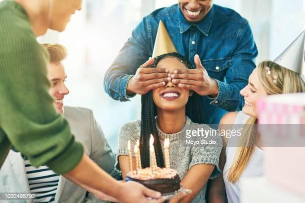 surpreender seu no dia de seu aniversário - aniversário - fotografias e filmes do acervo