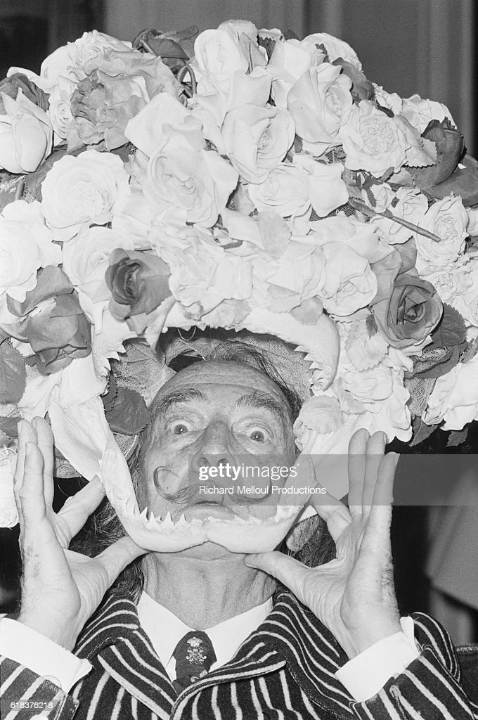 Salvador Dali Holding Flower-Covered Jawbone : Photo d'actualité
