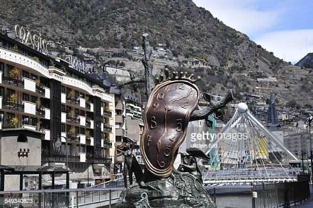 Surrealistisches Monumentalkunstwerk 'La noblesse du temps' von Salvador Dali Aufgenommen im Geschäftszentrum der Hauptstadt Andorra La Vella am 17...