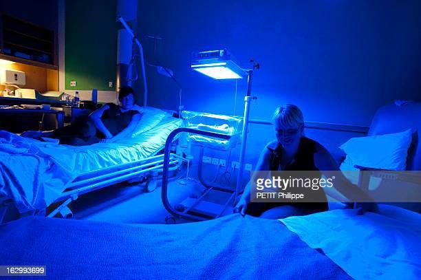 Surrogate Mother Nathalie a porté l'enfant de son amie Sandra à l'hôpital Brugmann de BRUXELLES Nathalie allongée sur son lit avec Sandra installant...