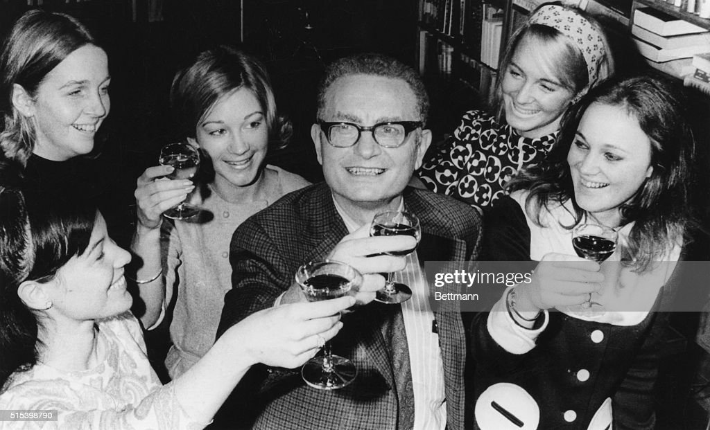 Paul Samuelson Offering Toast with Staff Members : ニュース写真