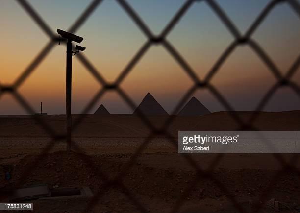 a surveillance camera inside the outer gate to the pyramids of giza. - alex saberi stock-fotos und bilder
