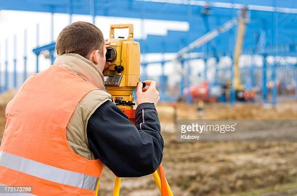 Géomètre sur chantier de construction